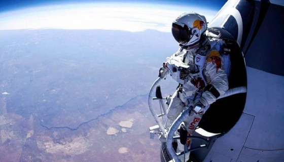 felix baumgartner standing in his capsule about to dive 640x480 e1374678913442 560x320