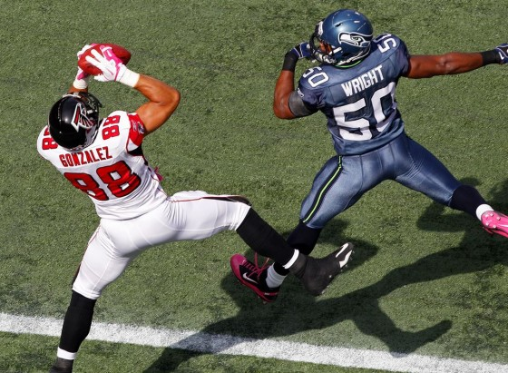 tony gonzalez catches touchdown 560x411
