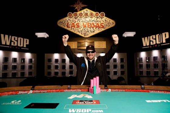 Phil Hellmuth WSOP 560x373