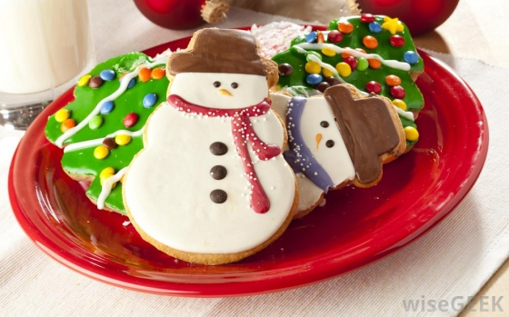 christmas cookies on red plate 560x349