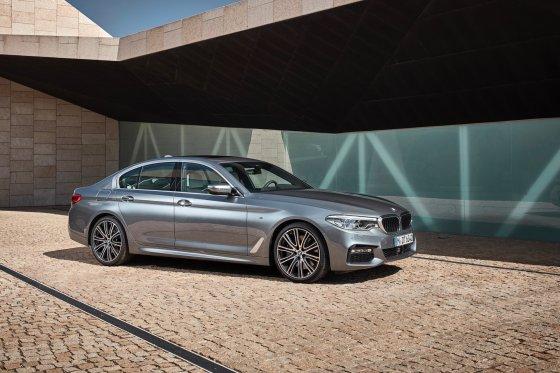 2017 BMW 530i 1 560x373