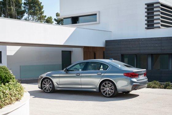 2017 BMW 530i 2 560x373
