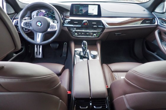 2017 BMW 530i Interior 1 560x373