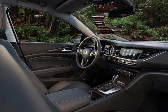 2018 Buick Regal TourX 10 560x373