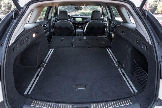 2018 Buick Regal TourX 11 560x373