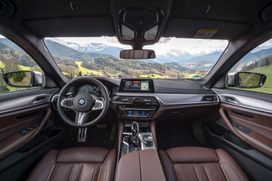 2018 BMW M550i 12 560x373