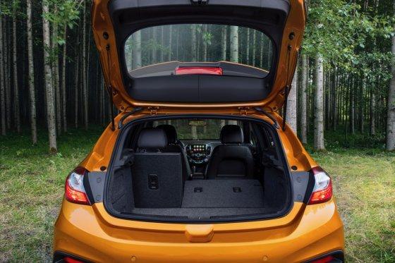 2018 Chevrolet Cruze Hatch 10 560x373
