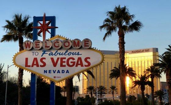 Gunaxin Welcome to Vegas Sign Mandalay Bay Resort and Casino e1527557387352 560x346