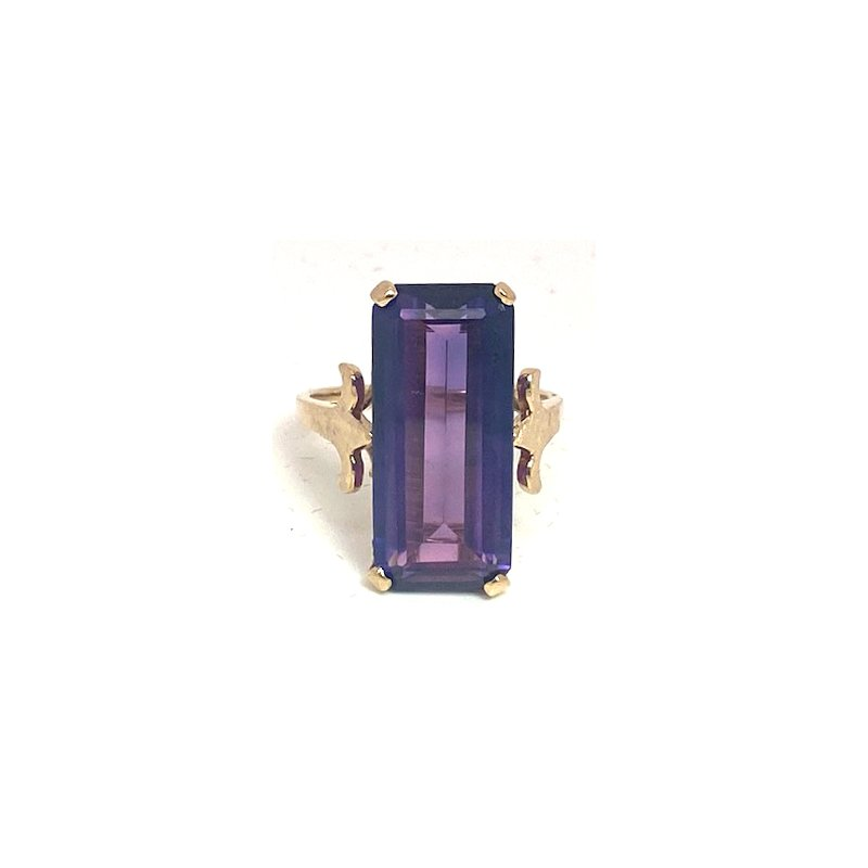 Estate & Vintage Lady's vintage amethyst and yellow gold ring