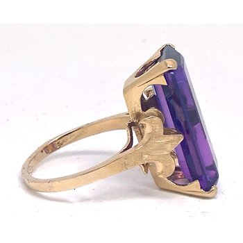 Lady's vintage amethyst and yellow gold ring