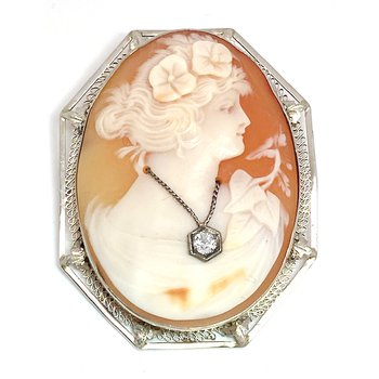 Lady's vintage cameo pendant
