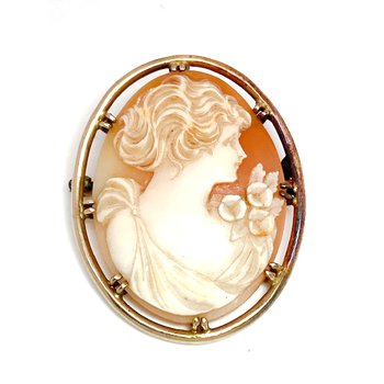 Lady's vintage cameo brooch that can also be worn as a pendant