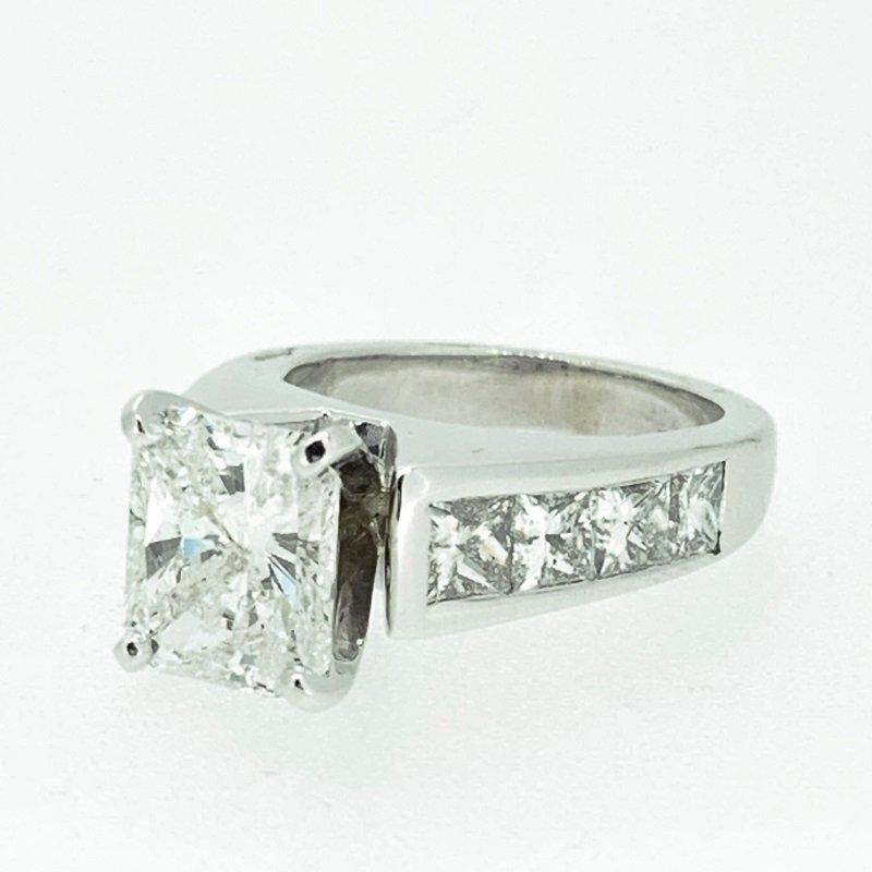 Decor Radiant Diamond Engagement Ring