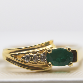14KT yellow gold, emerald ring with 0.06ctw diamonds