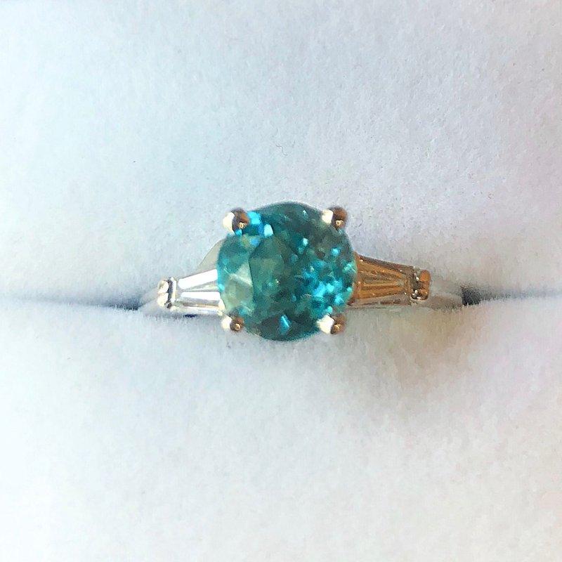 Estate Jewelry Lady's White 18k 3 Stone Fashion Ring