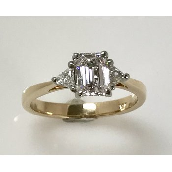 14KY 3 stone ring