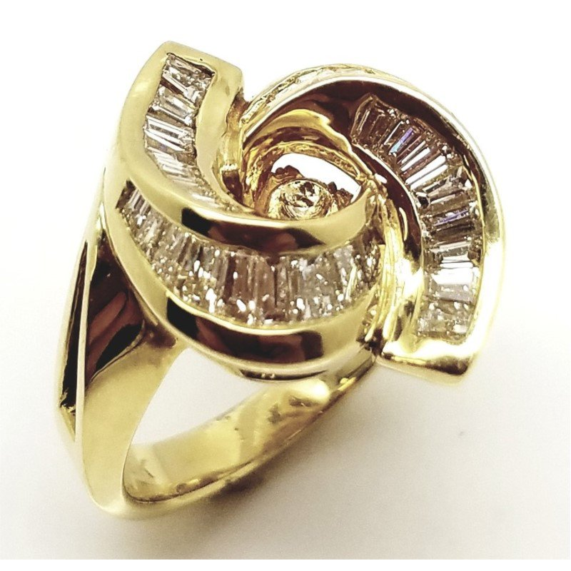 Stunning 18 kt Curving Baguette Diiamond Ring