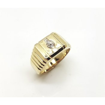 Ribbed Yellow Gold Ring with three diamonds