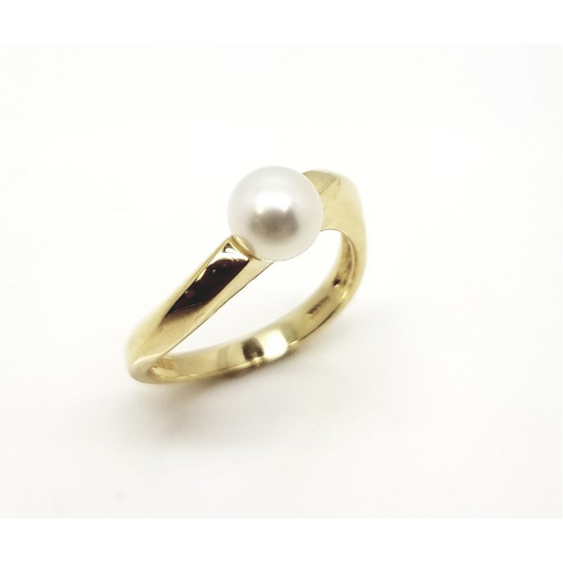 Twisting Yellow Gold Ring with Freshwater Pearl