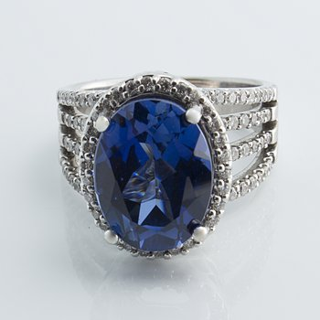 Grand unique sapphire engagement ring with matching bands