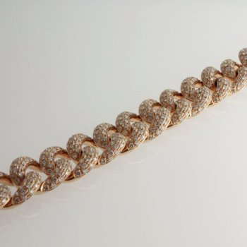 Delicate gold bracelet set with diamonds