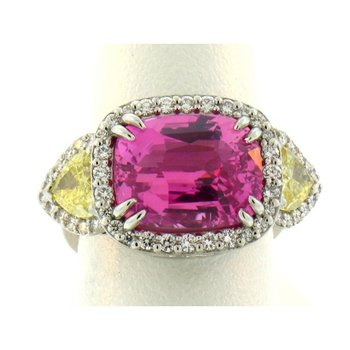 Fashion ring with pink sapphire and yellow diamonds