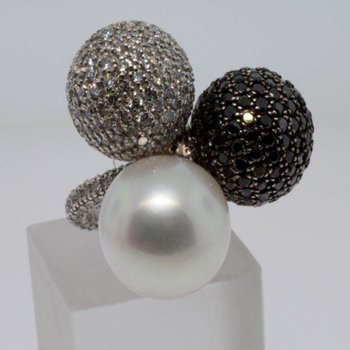 Cocktail ring with pearl, white and black diamonds