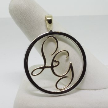 "Round necklace with ""LG"" initials"