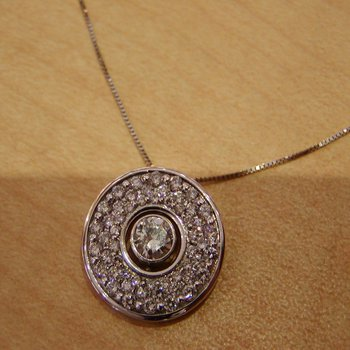 Necklace with round diamond
