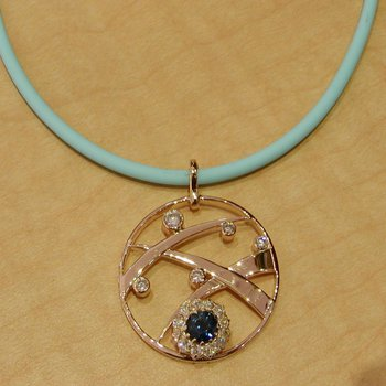 Pendant with round sapphire and diamonds