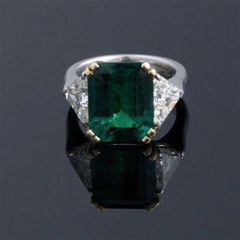 Fashion ring with emerald