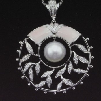Beautifully designed pearl pendant with diamonds