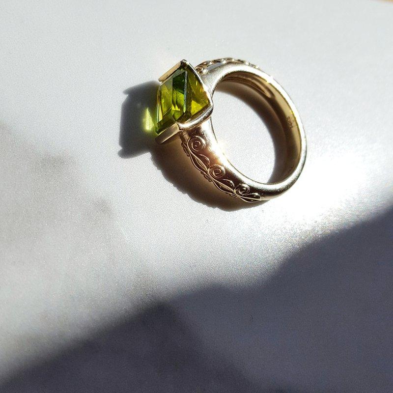 Arizona Peridot Gold Jewelry East West Ring