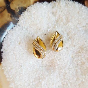 Diamond Teardrop Shell Earrings in Gold (1/7ctw)