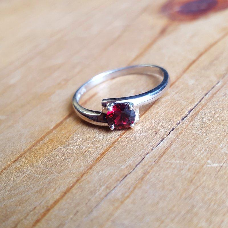 Arizona Anthill Garnet Silver Jewelry Petite Offset Ring